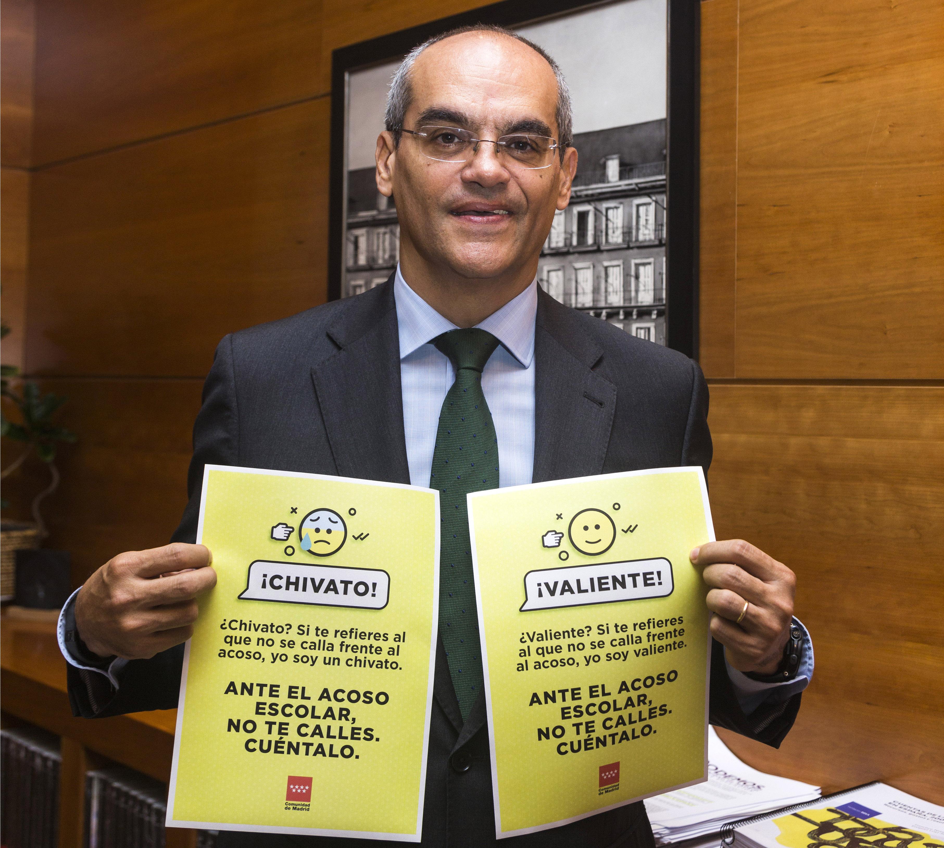 El consejero de Educación muestra los carteles de la campaña de la Comunidad de Madrid contra el bullying - Foto: Jesús Umbría