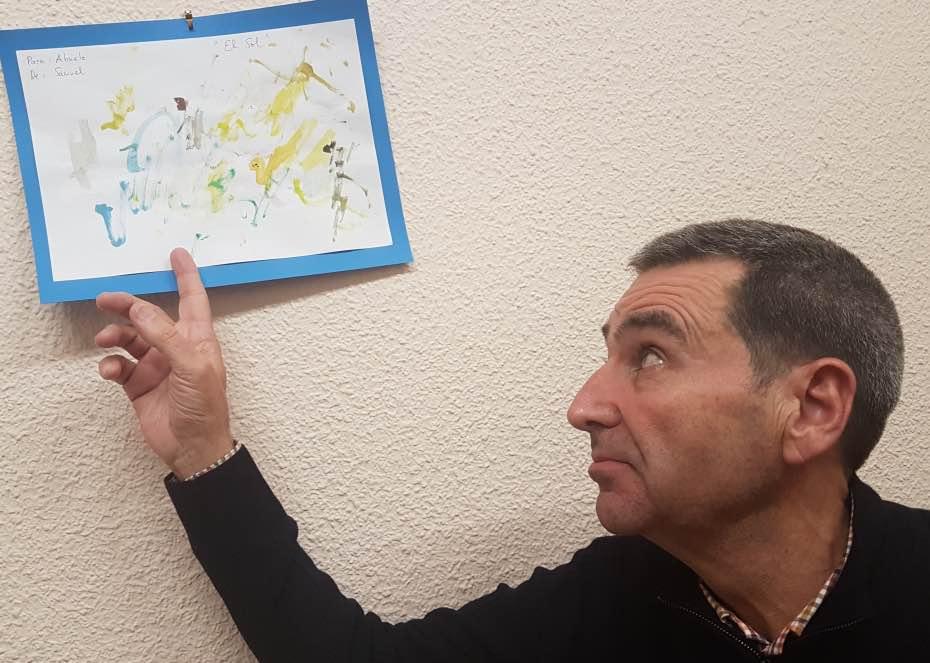Luis Gutiérrez nos muestra el dibujo de su nieto Samuel que adorna su despacho en el Colegio Castilla