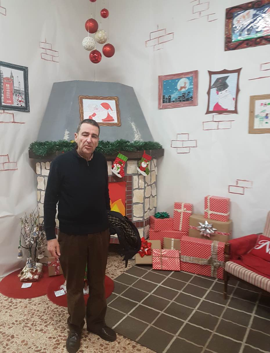 Luis, delante del rincón navideño del Colegio Castilla