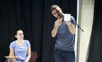 Daniel Jumillas y Ana Vayón protagonizan la obra teatral PAPEL - Fotos: Mateo Liébana