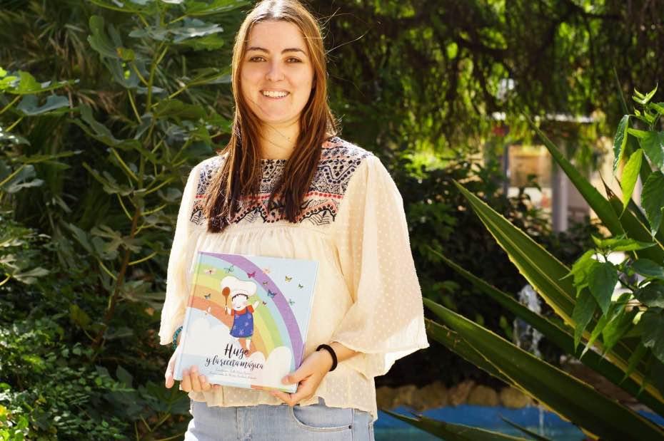 Valle Pérez nos enseña la portada del cuento 'Hugo y la receta mágica'
